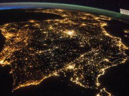 Imagen que muestra la contaminación lumínica en España desde la ISS.